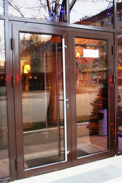входные двери в здание со стеклом